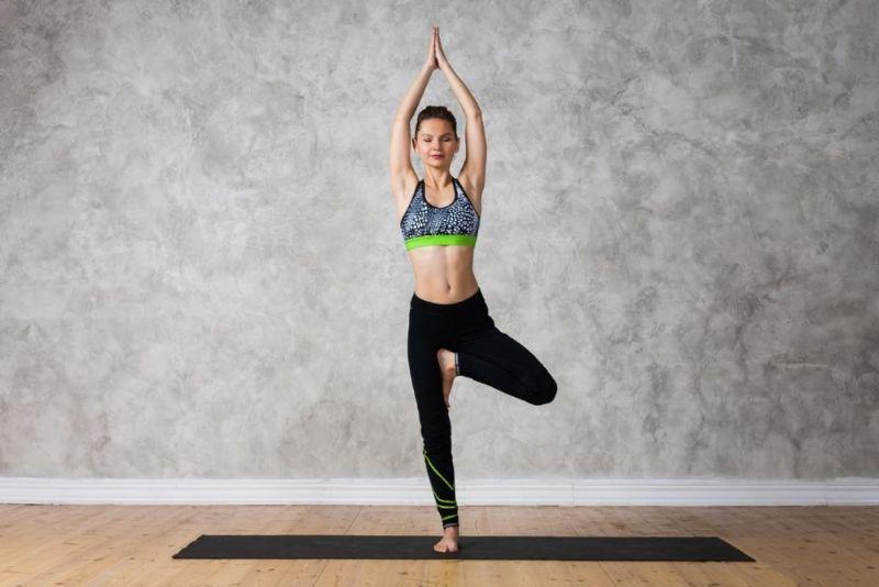 Bài tập yoga tăng chiều cao với tư thế cái cây cũng là bài tập mà cả nam và nữ không nên bỏ qua