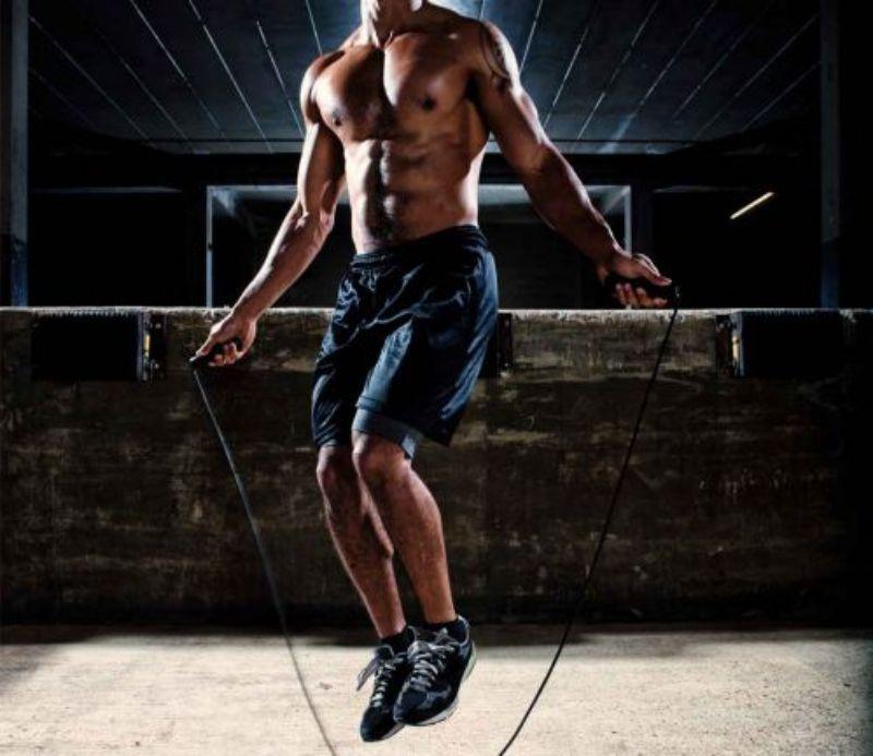 Không chỉ giúp kéo dãn toàn bộ cơ, cột sống mà nhảy dây còn giúp đốt cháy mỡ thừa
