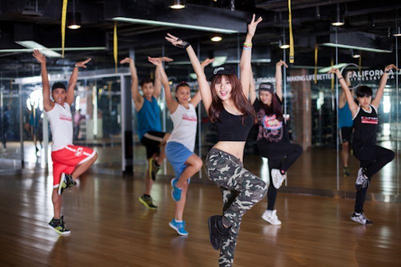 Đứng vặn mình là bài tập aerobic giật bụng vô cùng đơn giản