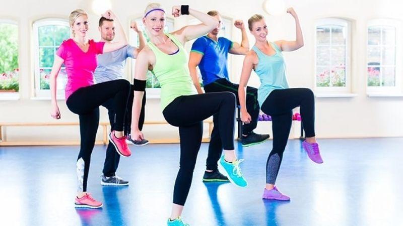 Bài tập aerobic giật bụng – nhảy với tay và chân vắt chéo
