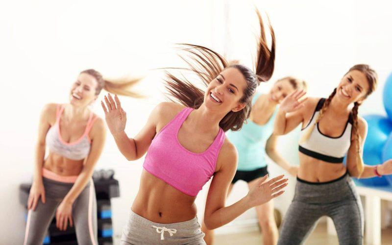 Động tác nhảy tay và chân vắt chéo là bài aerobic giật bụng tương đối khó