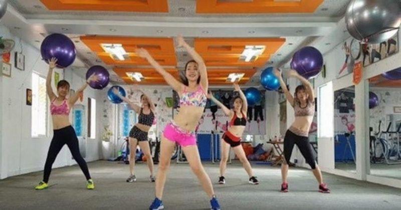 Lắc hông là bài aerobic giật bụng cơ bản nhất