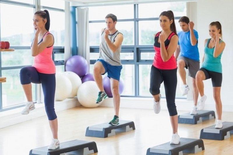 Bài tập aerobic giật bụng – Chạy nâng cao đùi tại chỗ