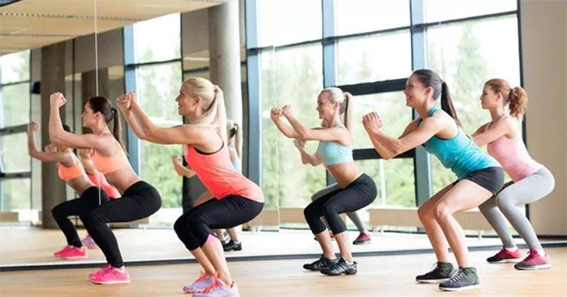 Bài tập là sự kết hợp vô cùng hoàn hảo giữa nhảy bật cao, tư thế squat và giật bụng