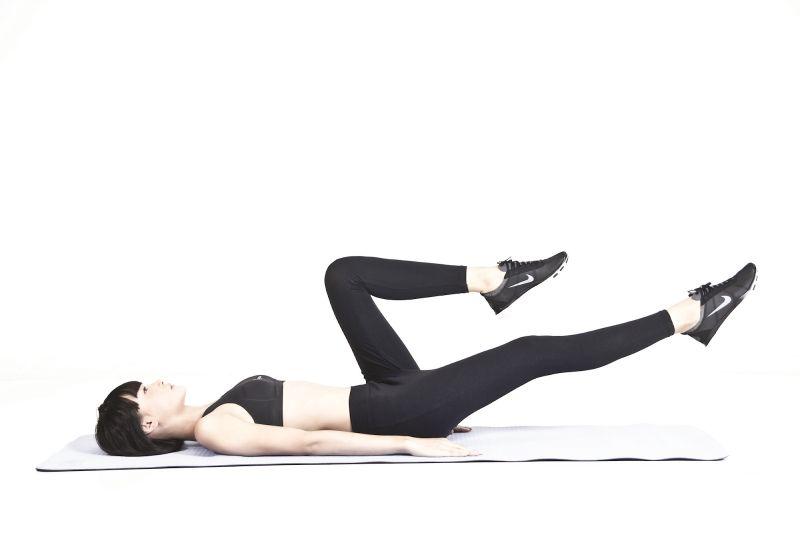 Bài tập eo thon bụng phẳng nhanh nhất là gập bụng xe đạp
