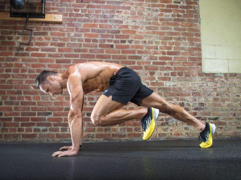 Động tác Plank leo núi là bài tập đòi hỏi sự kết hợp vận động của rất nhiều bộ phận