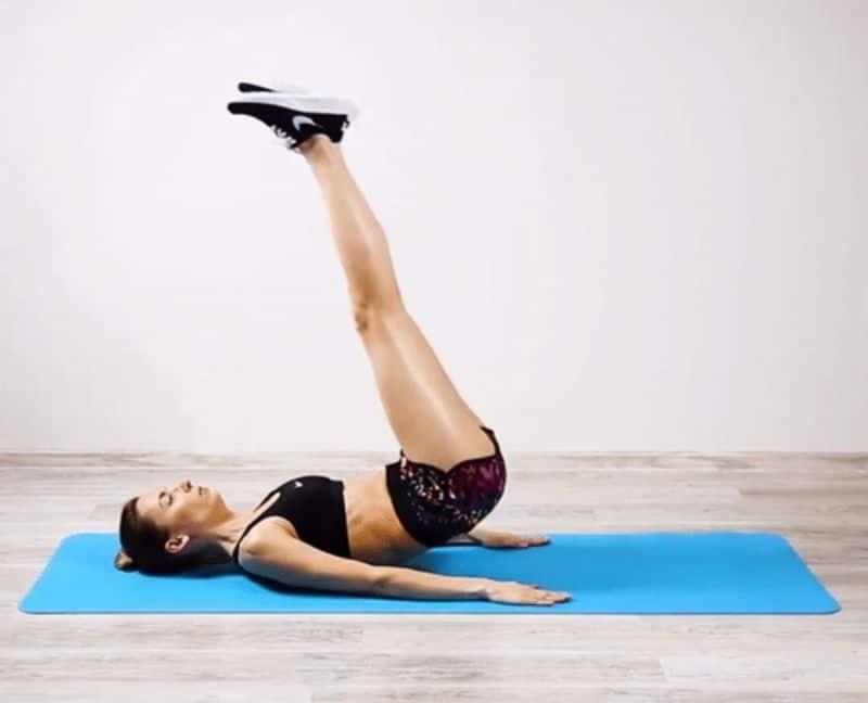 Gập bụng đẩy chân vuông góc là bài tập thường được các chị em áp dụng tại nhà