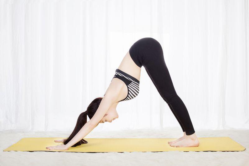 Bài tập cúi đầu xuống dưới có thể giảm toàn bộ áp lực cho cột sống