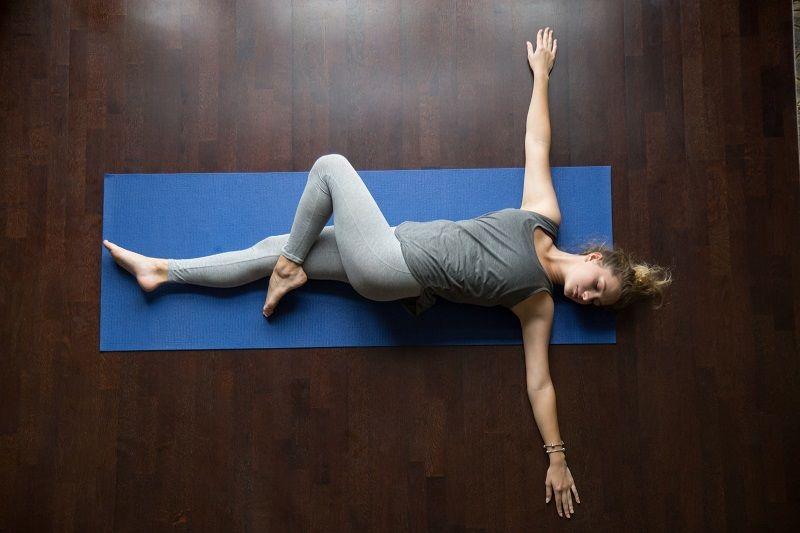 Bài tập căng chân và xoay cột sống sẽ kéo giãn cột sống