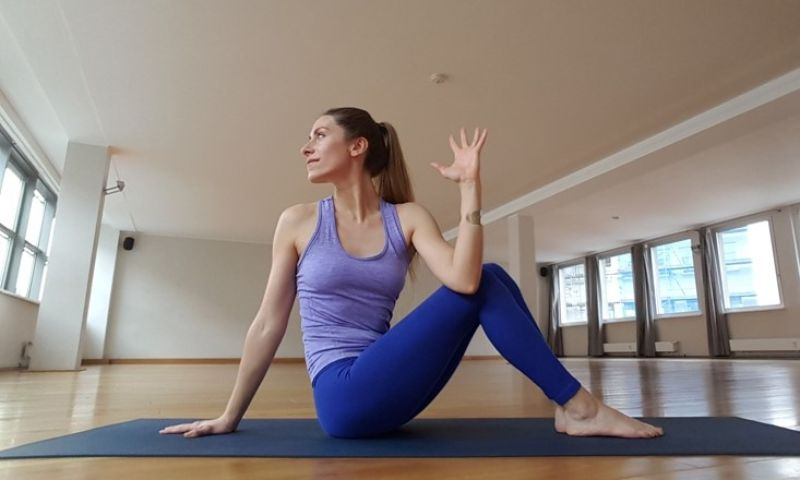 Bài tập yoga tư thế xoắn vỏ đỗ có tác dụng làm giảm đau hông và lưng