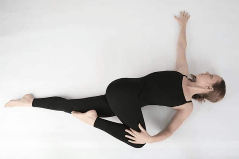 Động tác căng chân và xoay cột sống
