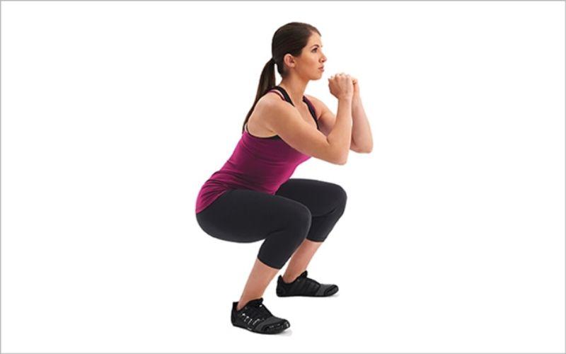 Thon gọn bắp tay hiệu quả cùng bài tập Squat nâng tay cao