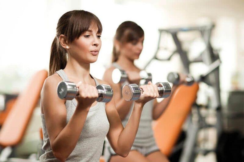 Cánh tay sẽ trở nên thon gọn nhanh chóng khi chị em thường xuyên tập luyện nâng tạ