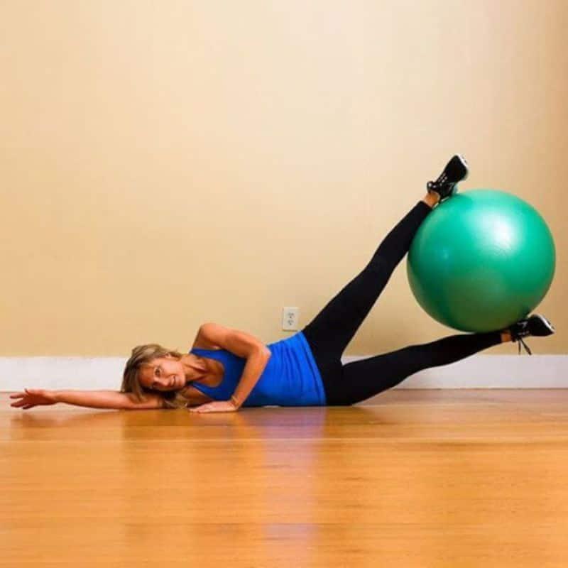 Bài tập nâng chân với bóng làm giảm mỡ đùi