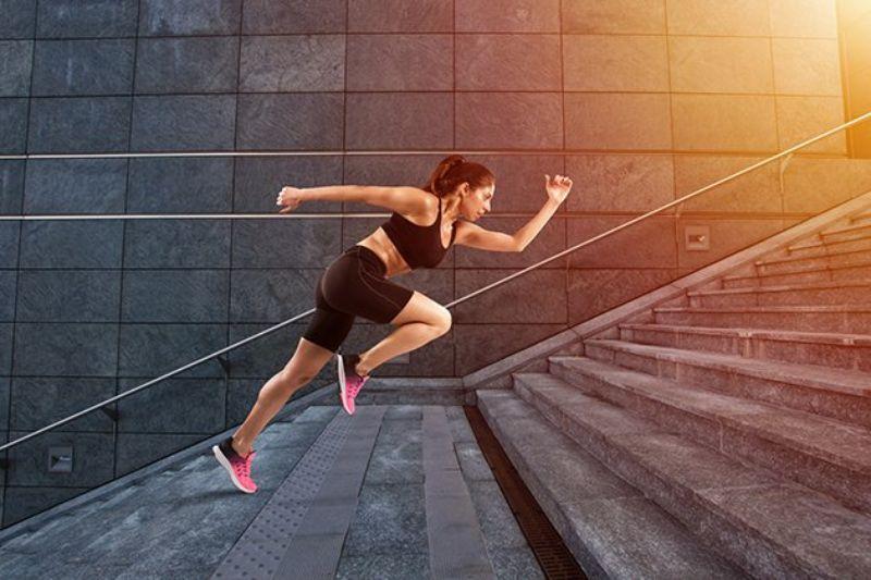 Leo cầu thang là một trong những bài tập giảm mỡ đùi nhanh nhất