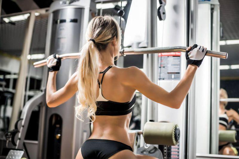 Kéo cơ xô với máy kéo cáp là bài tập giúp cơ lưng trở nên săn chắc, thon gọn hơn