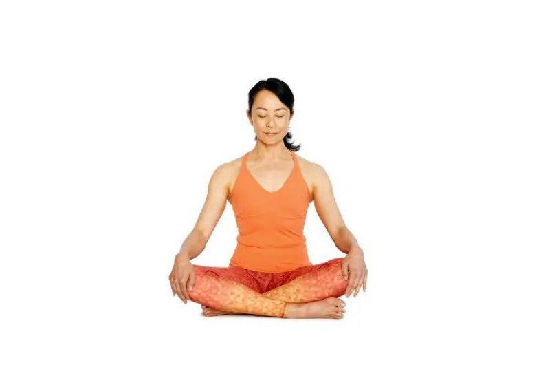 Easy Pose (Easy Seat) là bài tập xoay cổ giúp làm nóng phần xương sống phía trên