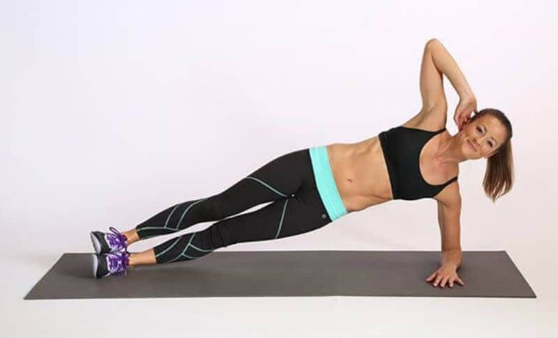 Tư thế chuẩn bị của động tác Plank bên gập bụng