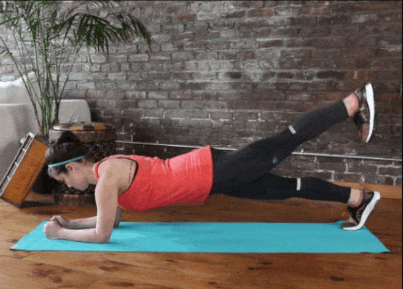 Kết hợp với tư thế plank cẳng tay là nâng cao và hạ xuống với từng chân