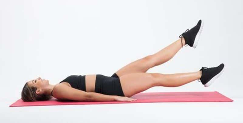 Đá chân 3 - Bài tập giúp làm nóng cơ thể sau khi ngủ
