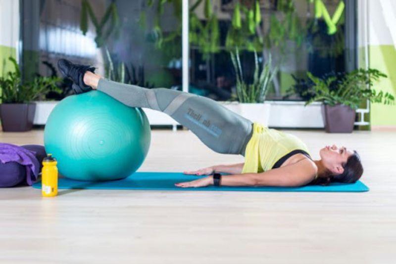 Tập với bóng – Bài tập giảm mỡ bụng tốt nhất cho lưng