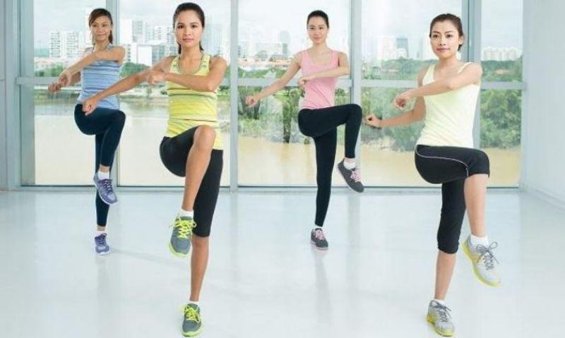 Đứng vặn mình là một trong những bài tập thể dục thẩm mỹ được nhiều người ưa chuộng hiện nay