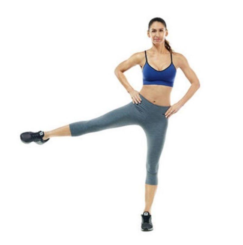 Nhảy đá chân sang hai bên là bài tập giúp đốt mỡ toàn thân một cách nhanh chóng và mạnh mẽ