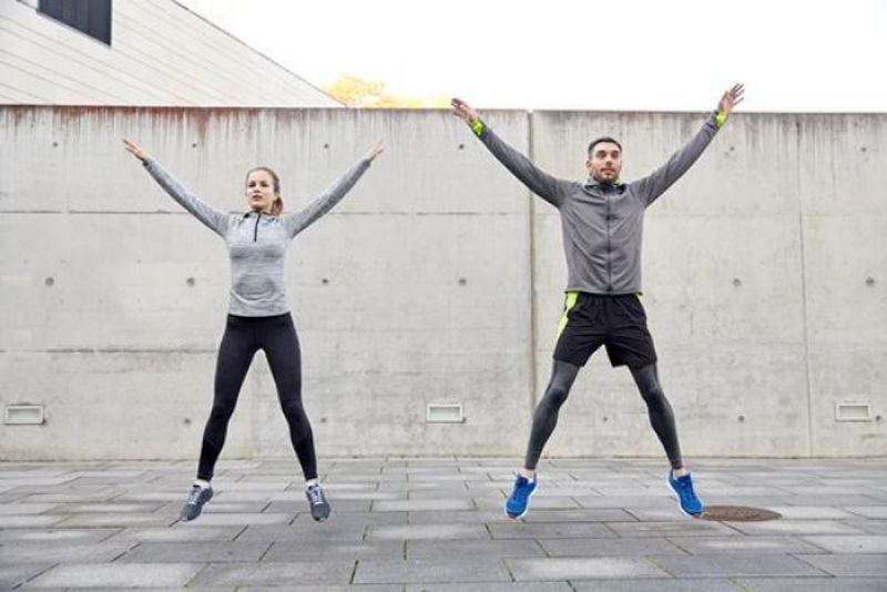 Step jack là bài tập thể dục thẩm mỹ giúp loại bỏ mỡ thừa toàn thân một cách nhanh chóng