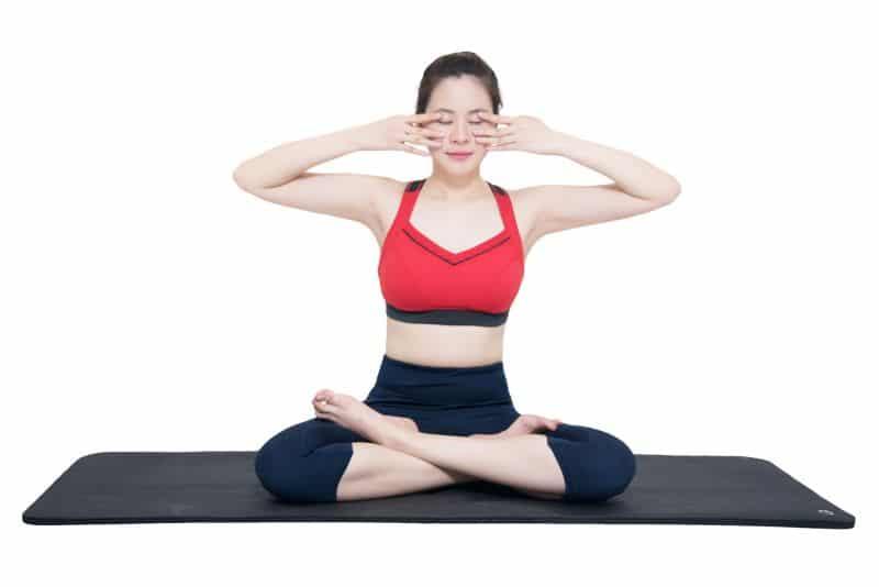 Bài tập thở Bhramari Pranayama có khả năng làm giảm nhịp thở và nhịp tim