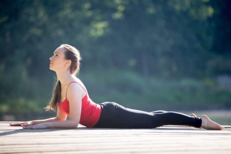 Giữ mắt nhìn thẳng về phía trước và đảm bảo cột sống lưng được duỗi dài nhất có thể