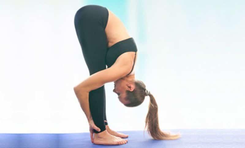 Bài tập yoga đứng thẳng gập người giúp các mô liên kết trên cơ thể được massage và kéo giãn