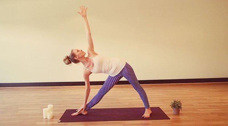 Bàn chân bắt buộc phải áp sát xuống sàn và không nhấc chân lên