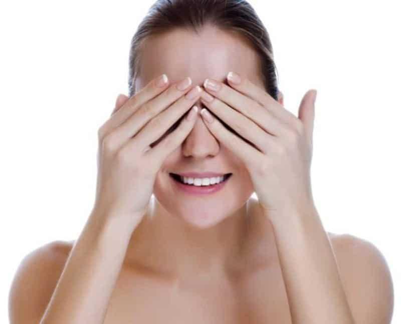Thư giãn mắt bằng lòng bàn tay là bài tập có công dụng giúp mắt nghỉ ngơi