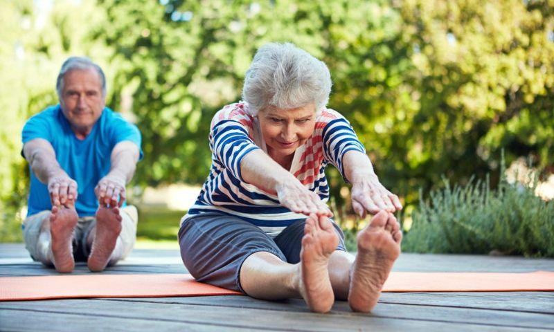 Tư thế cong người về phía trước giúp giảm tình trạng đau lưng, giãn cơ và gân