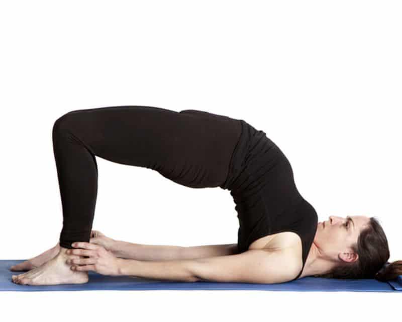 Tư thế cây cầu có thể giúp người cao tuổi tăng cường sức mạnh cho lưng dưới