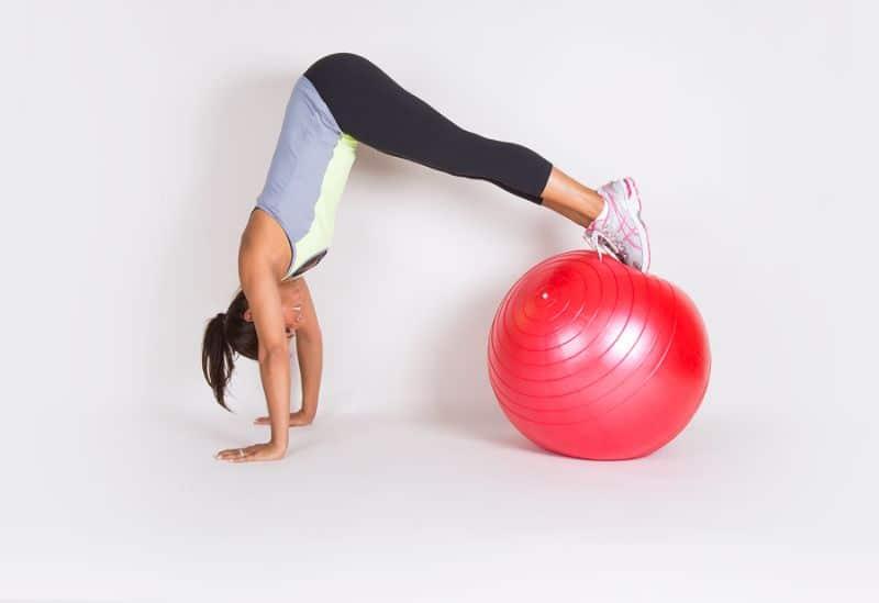 Bài tập với bóng yoga AB Crunch - Pike dễ dàng thực hiện tại nhà