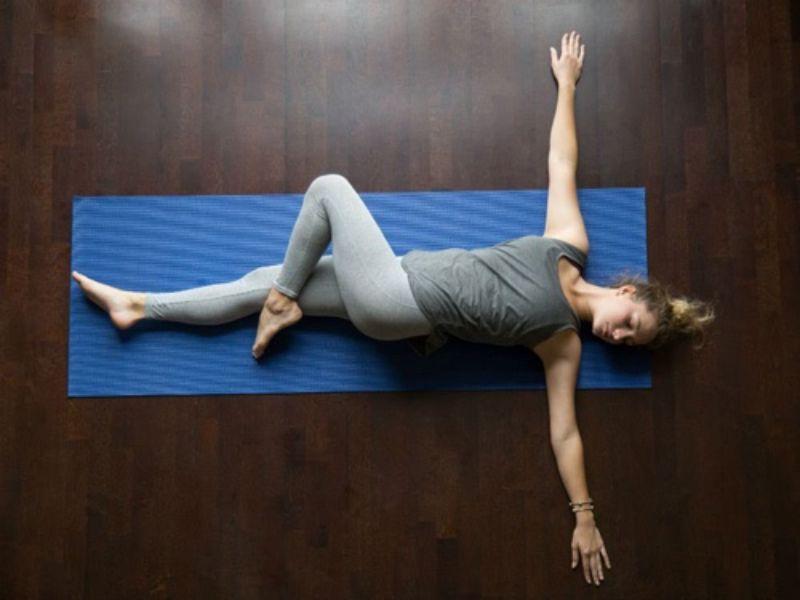 Nếu bạn vừa muốn giảm mỡ bụng vừa muốn dễ ngủ thì nên áp dụng tư thế xoay nghiêng