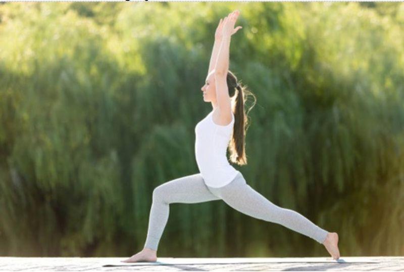 Bước 1 chân về phía trước khoảng dài và dồn trọng lượng cơ thể lên chân còn lại để thực hiện tư thế chiến binh