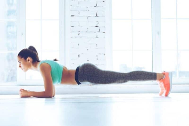Giữ cho thân mình từ đầu đến chân thành một đường thẳng và nhìn về phía trước khi tập tư thế Plank cơ bản
