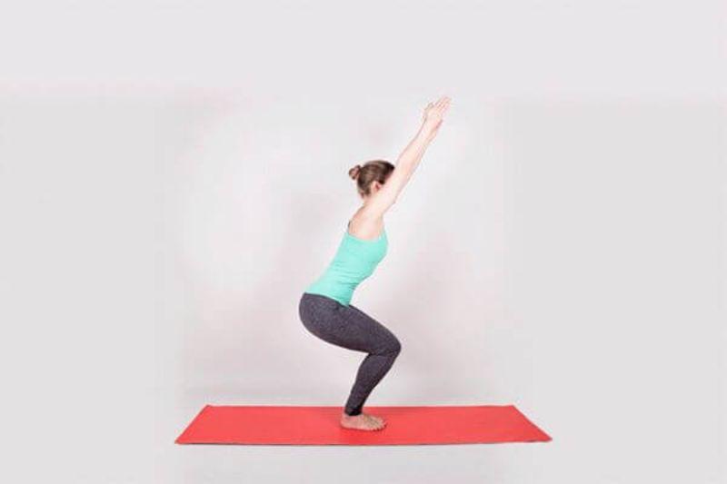 Để tiến hành đúng kỹ thuật tư thế ghế ngồi bạn cần phải hoạt động cả vai, chân và lưng