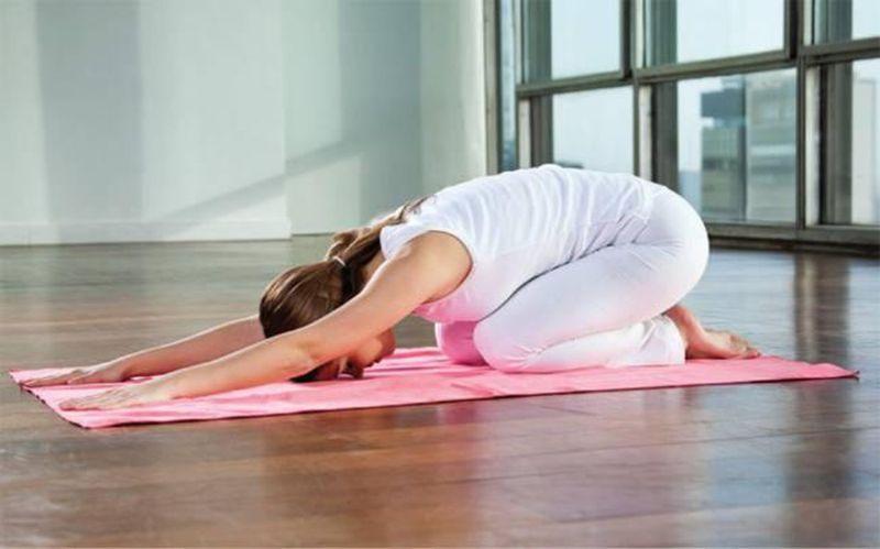Ngồi một cách thoải mái và thả lỏng trên 2 gót chân để bắt đầu tư thế Child's Pose