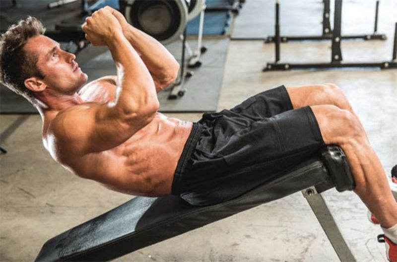 Bài tập gập bụng ngược trên ghế có khả năng làm săn chắc cơ bụng hiệu quả