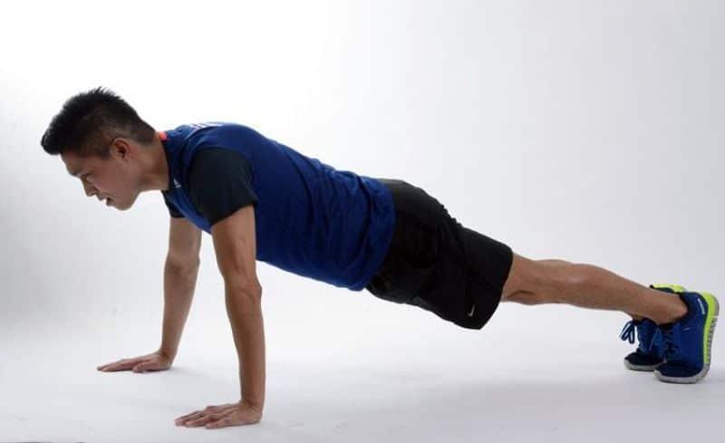 Thực hiện động tác hít đất không chỉ giúp bạn có vòng 1 đẹp và còn giúp toàn thân được vận động