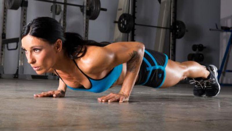 Hít đất - Một trong các bài tập gym cho nữ giảm cân hiệu quả