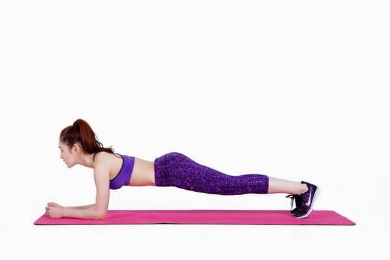 Plank là bài tập loại bỏ mỡ vòng hai thích hợp với cả nam và nữ