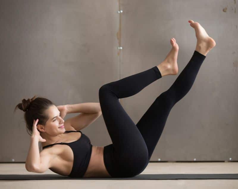 Kết hợp với việc chân co lên thì người cũng sẽ vặn cùng phía với chân khi tập gập bụng đạp xe