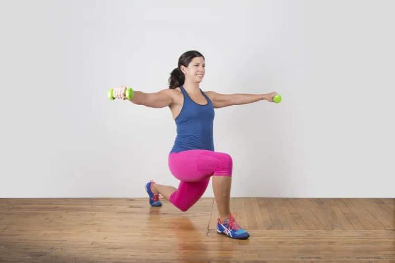 Bài tập Lunge Leg Lift rất thích hợp để chị em siết các cơ bụng và lưng