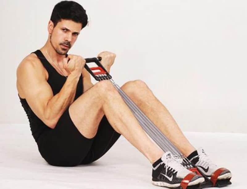 Bài tập kéo dây bằng chân phù hợp với cả nam và nữ và hoàn toàn có thể thực hiện tại nhà