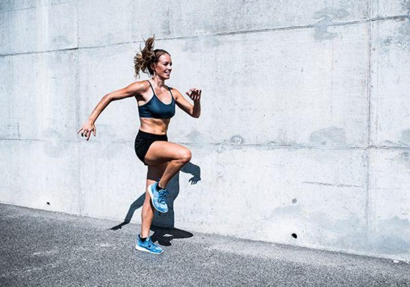 Bài tập nhảy nâng cao đùi giúp kích thích các hormone tăng trưởng giúp tăng chiều cao