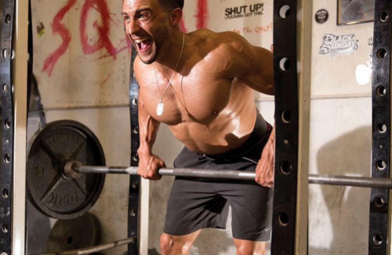 Kéo tạ ngược trên máy Smith là bài tập giúp cơ lưng của phái mạnh được phát triển một cách mạnh mẽ
